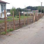 Pose de piquets d'acacia pour tenir la future clôture